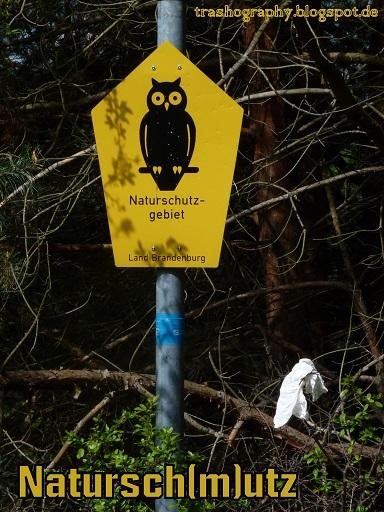 Naturschutzschild mit Papiertaschentuch im Busch