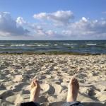 """Foto von smt: Am Strand von Lubmin Blick auf Himmel und Meer weit Titel: """"alles ok"""""""
