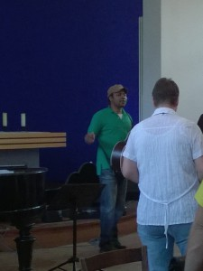 Chorleiter des Gospelchors Senzig: Foster Ebai Agbor