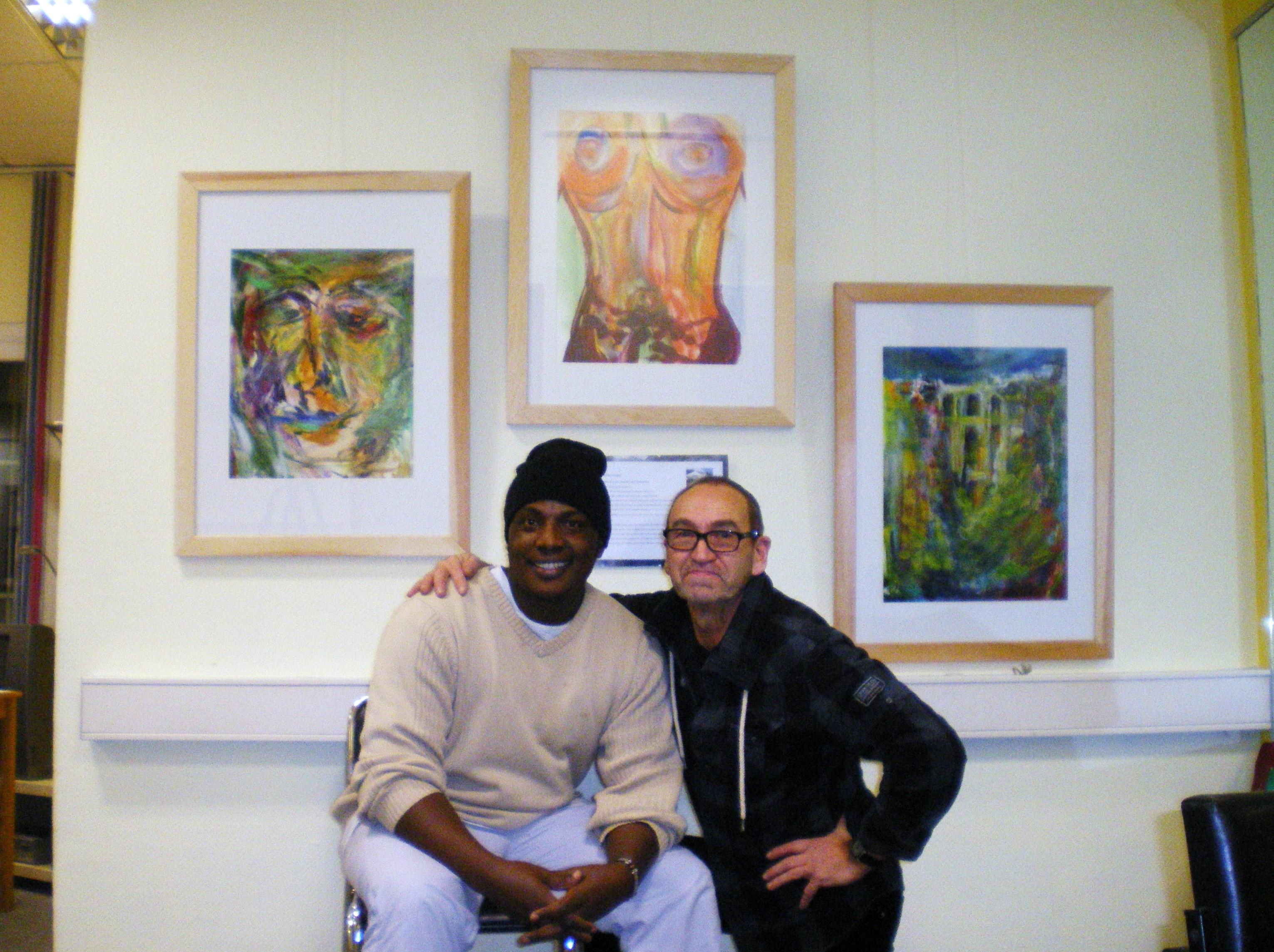 """Die Maler Malack Kelvin Silas und Gerhard Jaeger bei der Vorbereitung der Ausstellung """"Art unites us – Kunst vereint uns""""- ein Malaika-Projekt"""