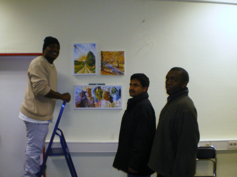 """Vorbereitung der Ausstellung """"Art unites us – Kunst vereint uns"""" - ein Malaika-Projekt (im Bild von links nach rechts) Malack, Sada und Edward"""
