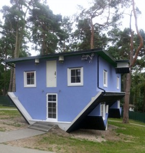 Kopfstand Haus in Pobirowo